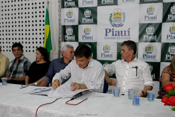 Governador autoriza obras no interior do estado e firma convênios.