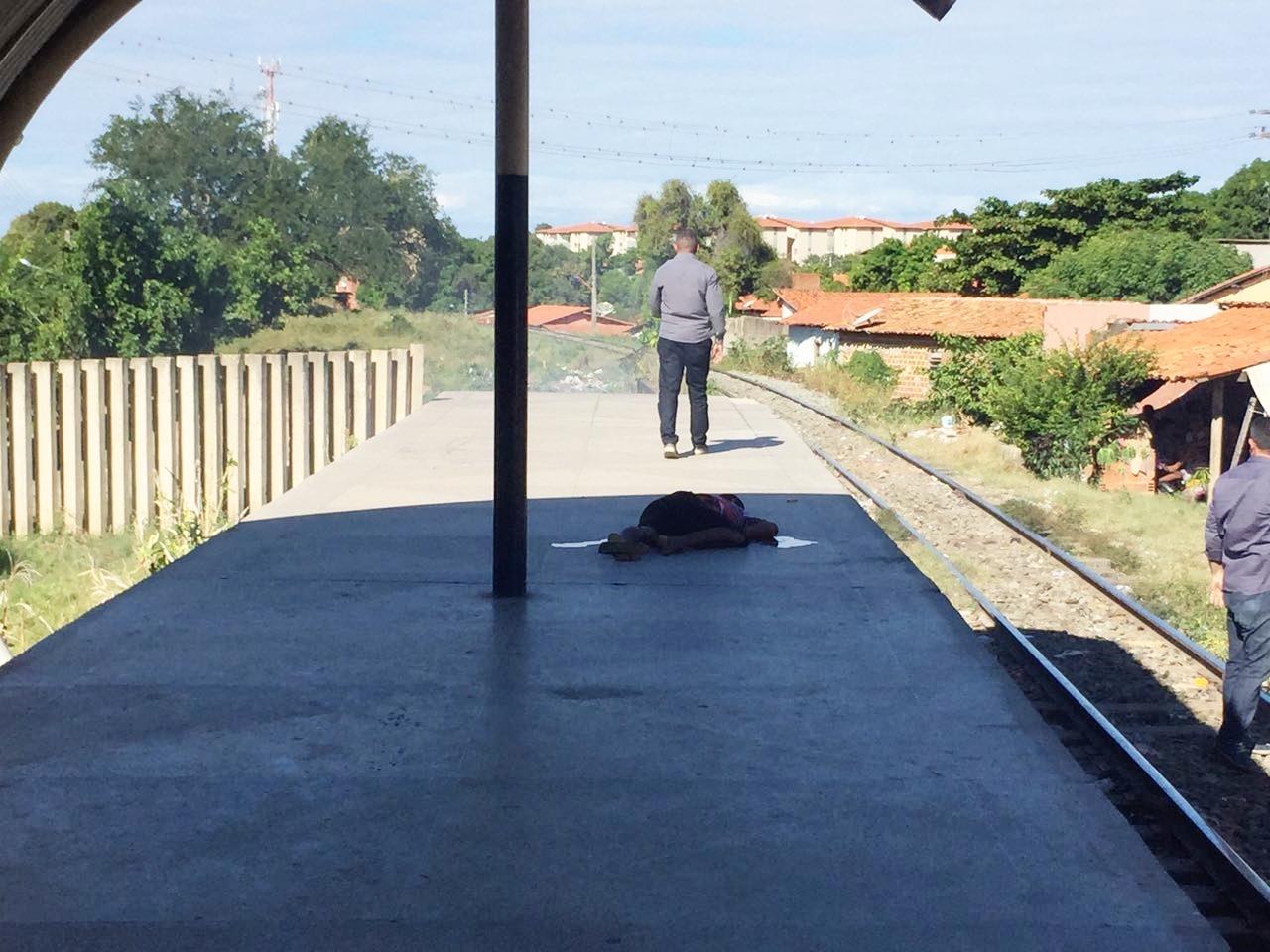 Homem é morto a tiros próximo aos trilhos do metrô