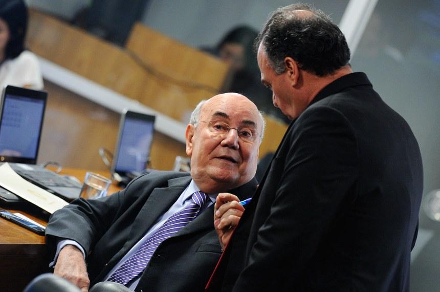 O relatório contrário à proposta de fiscalização foi apresentado pelo senador Flexa Ribeiro (sentado).