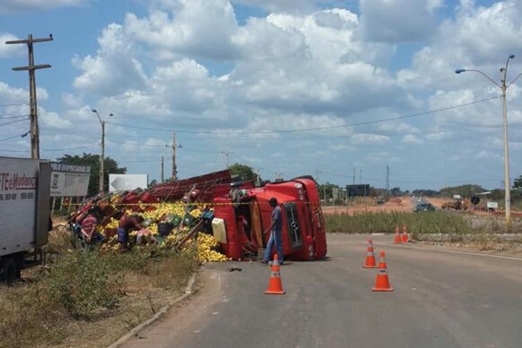 Caminhão com carga de maracujá tomba na BR-316 em Teresina
