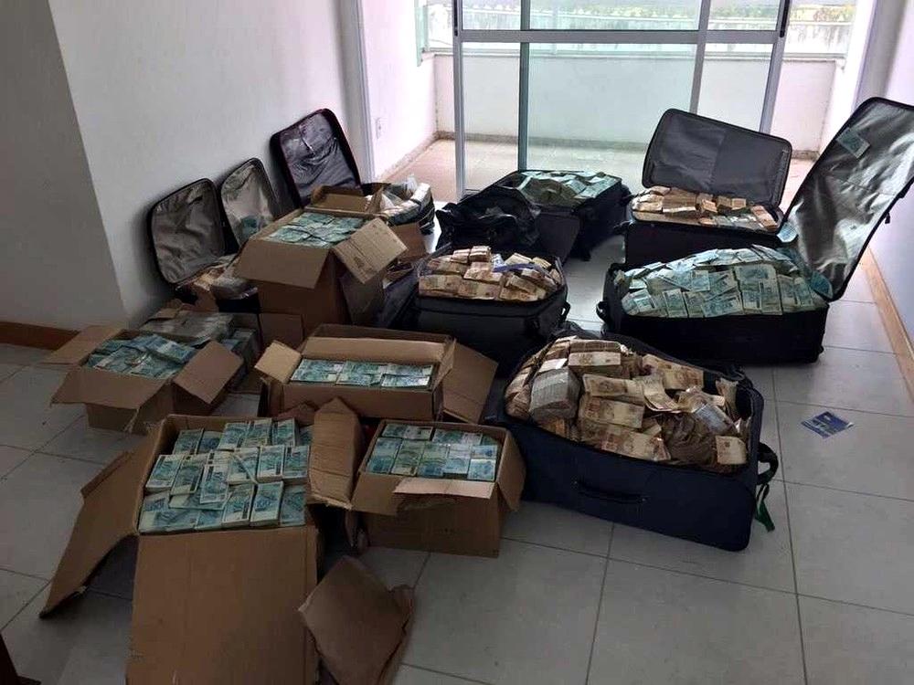 Polícia encontra malas e caixas de dinheiro dentro de imóvel em Salvador