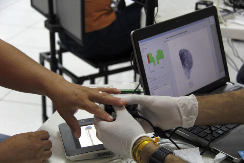 Eleitor realizando biometria