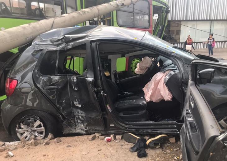 Estudante fica ferido ao colidir carro com ônibus na Av. Jóquei Clube