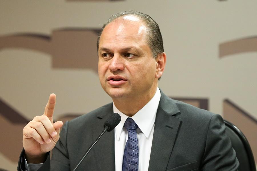 Ministro da Saúde anuncia que deixa cargo até abril