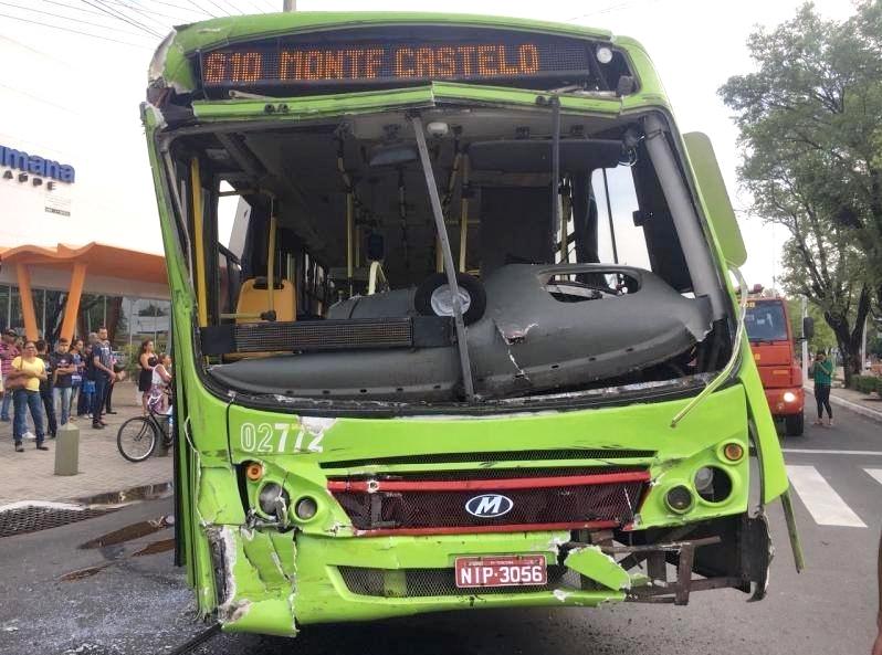 Câmera registra colisão entre dois ônibus no centro de Teresina