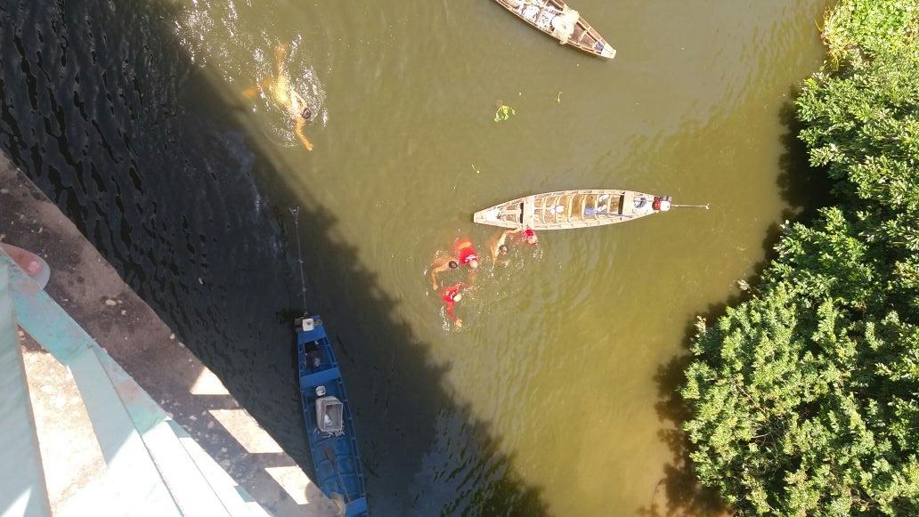 Corpo de Bombeiros faz buscas por mulher que caiu da ponte JK