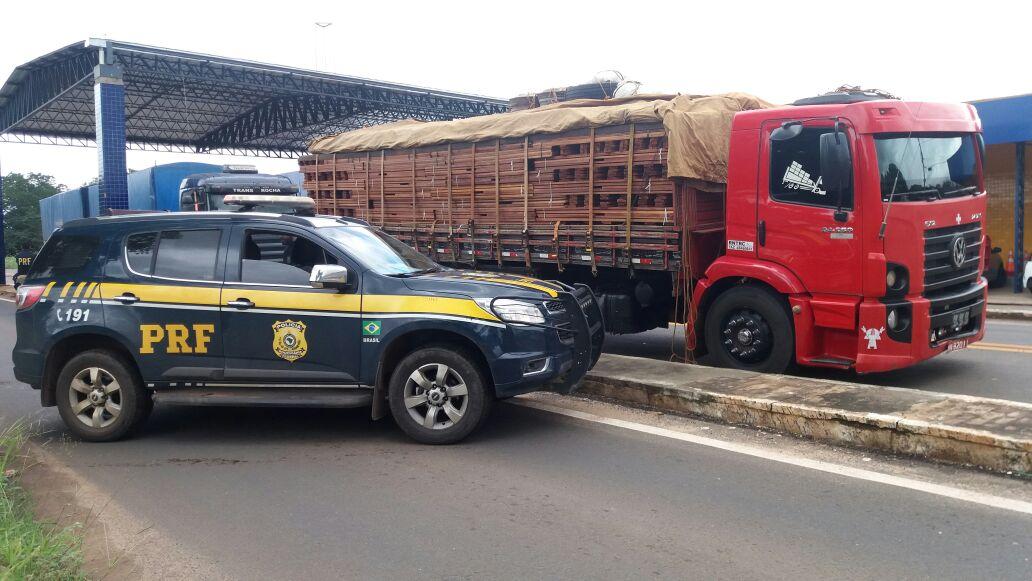 PRF apreende caminhão com 34,7 toneladas de madeira ilegal no Piauí
