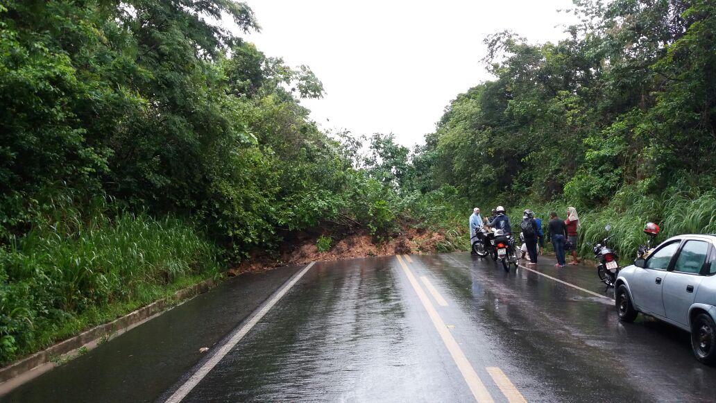 As chuvas provocaram deslizamento de terra que bloquearam totalmente a via.