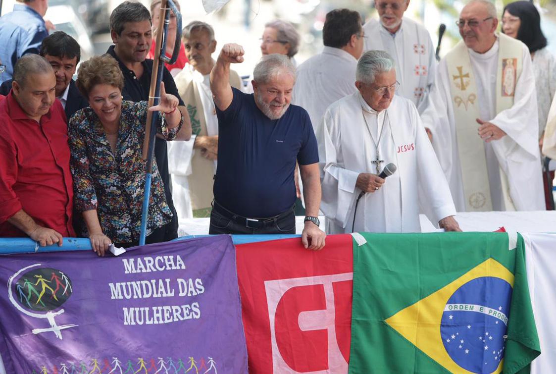 Lula discursa em carro de som e afirma que vai se entregar à PF