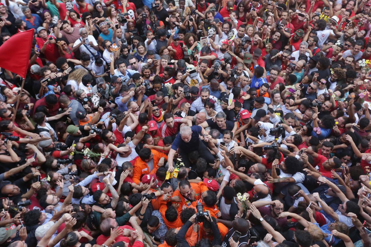 Lula é carregado até o Sindicato dos Metalúrgicos