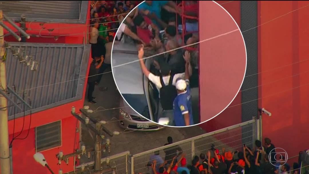 Militantes bloqueiam portões para evitar saída de Lula