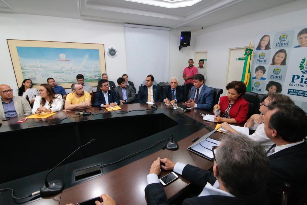 A reunião aconteceu na noite desta segunda-feira (11).