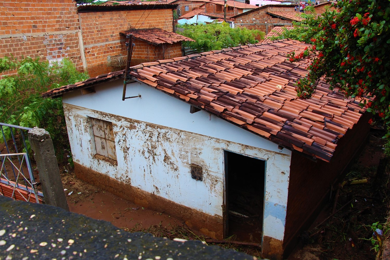 Casas foram completamente invadidas pela lama