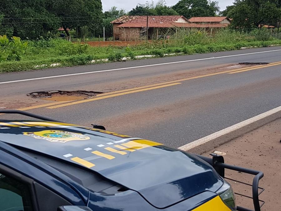 Buracos na rodovia causam danos a veículos que passam pelo local.