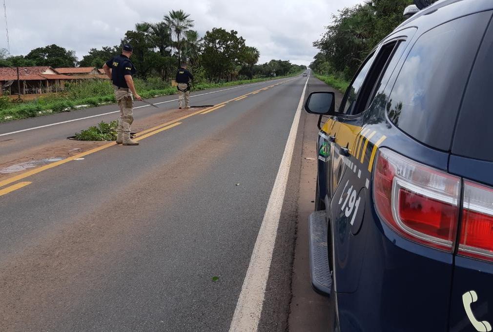 Os agentes da PRF estão orientando os condutores que passam pelo trecho da rodovia.