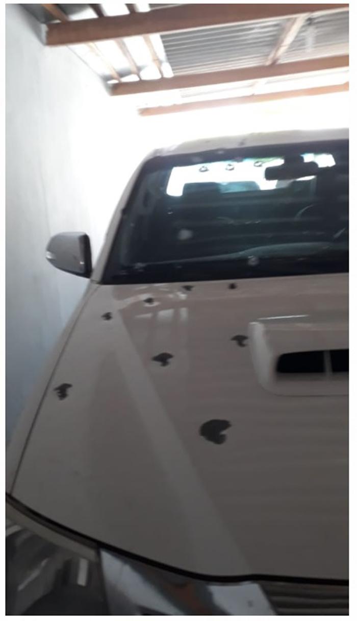 Carro do vereador crivado de balas.